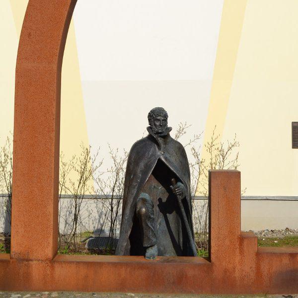 Das Denkmal zu Ehren von Caspar David Friedrich wurde von dem Lübecker Bildhauer Claus-Martin Görtz geschaffen.
