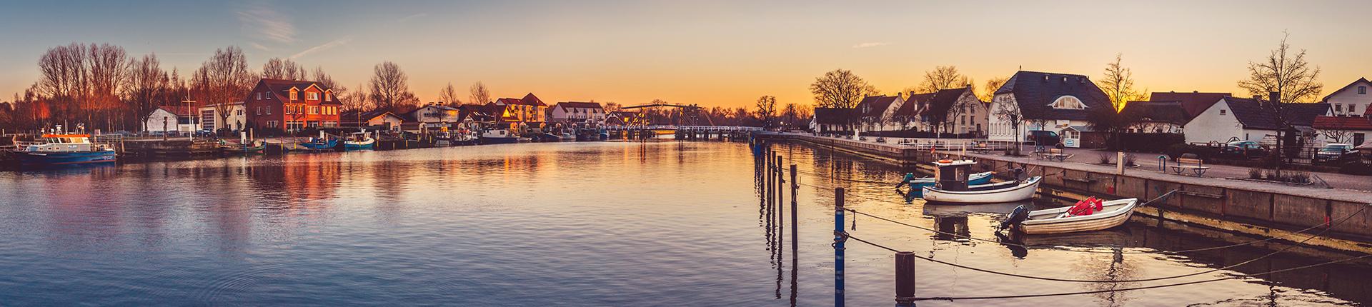 Abendstimmung im Fischerdorf Wieck © Wally Pruß