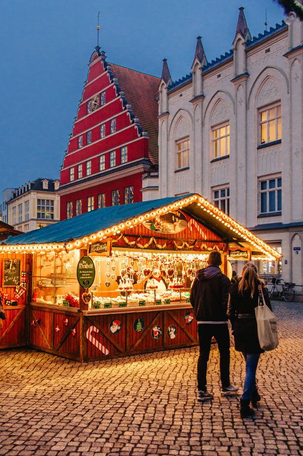 Greifswalder Weihnachtsmarkt mit Rathaus und Ratsapotheke © Wally Pruß