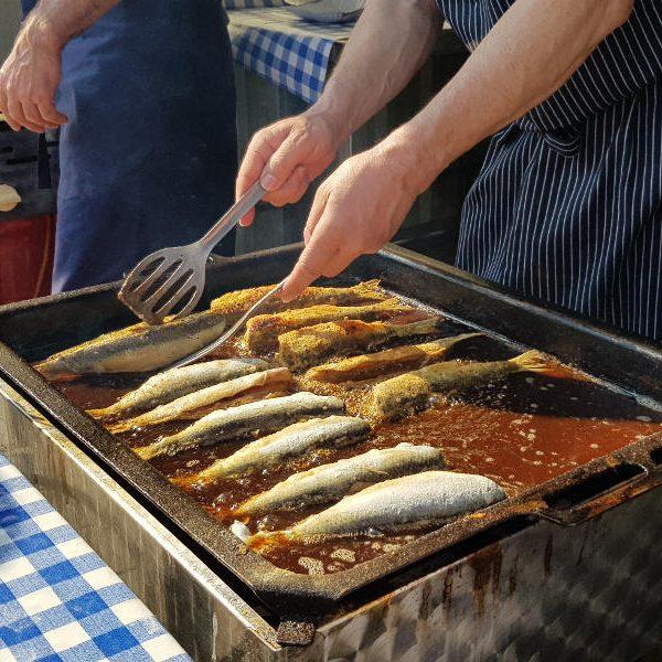Gebratener Hering auf dem Wiecker Fischmarkt